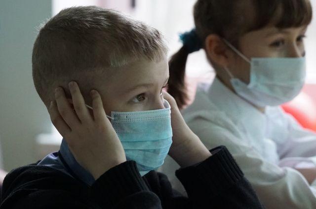 Минздрав отнес школьников к группе риска по тяжелой форме коронавируса